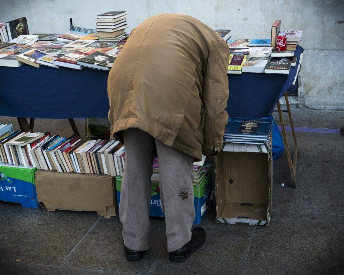 Hombre buscando libros