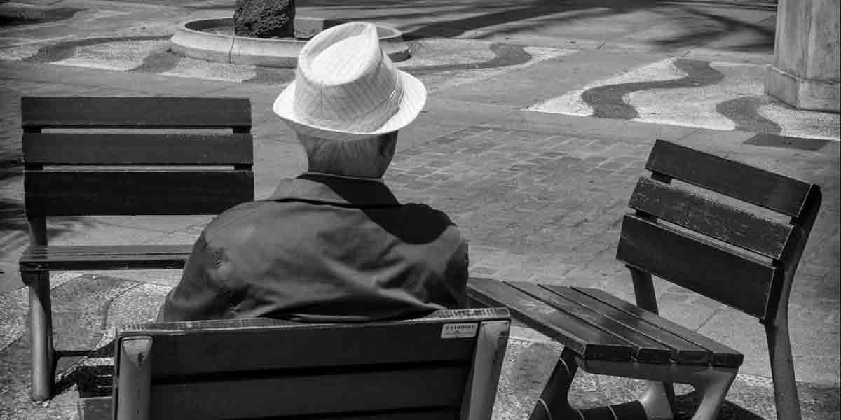 Hombre sentado banco principal