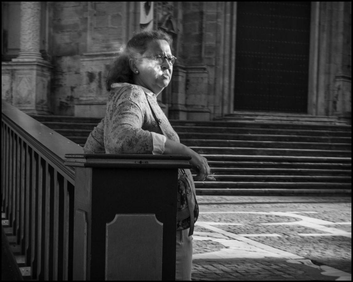 Mujer fumando catedral
