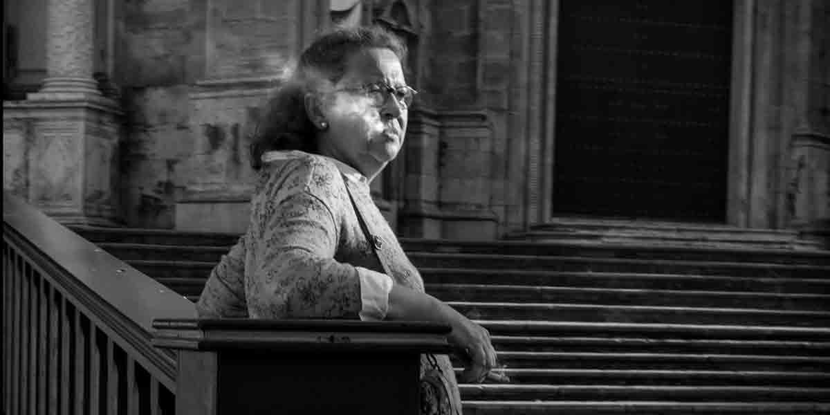 Mujer fumando catedral principal