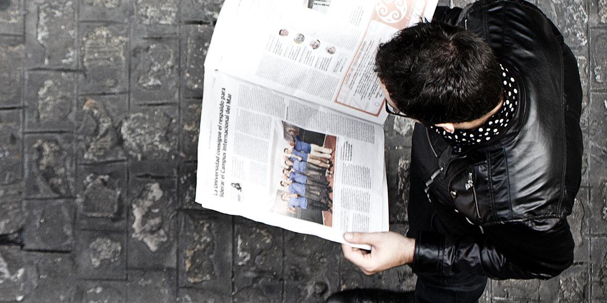 persona leyendo un diario gaditano